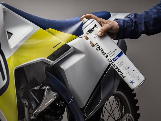 Entretien d'une moto avec le produit rénovateur plastiques PLASTIC SHINE IPONE